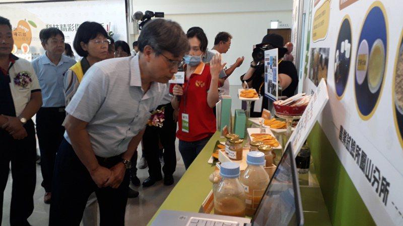 「芒果的一百種可能」發表會,現場展示各種芒果為材料的食品與各類加工品,農委會副主委陳駿季到場參觀。記者周宗禎/攝影