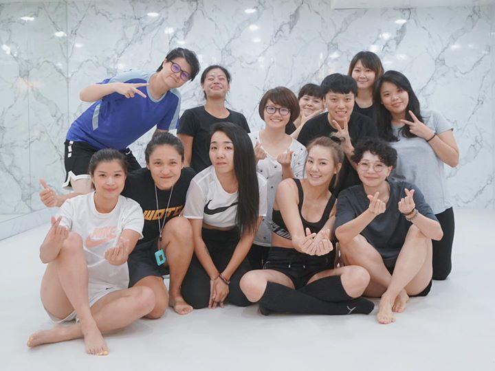 劉雨柔(前排右二)與學生打成一片。圖/米兔哥娛樂提供
