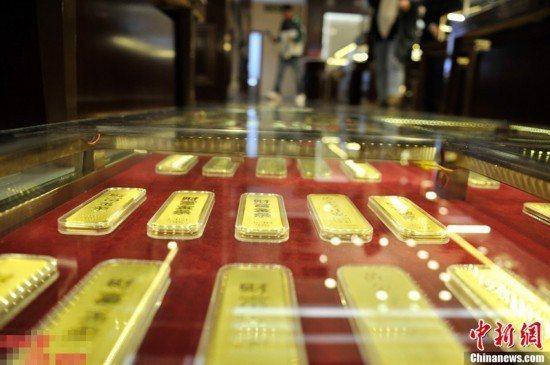 大陸上半年金價逆勢上漲並持續高位運行,使得黃金回購業近期也日趨火熱。(圖/取自中新網)