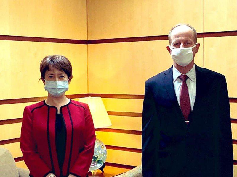 駐美代表蕭美琴(左)和美國國務院亞太助卿史達偉。圖/取自蕭美琴臉書