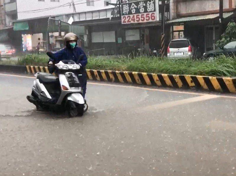 南投縣今天午後出現間歇性大雷雨,台3線名間新街村彰南路一帶傳淹水災情。圖/讀者提供