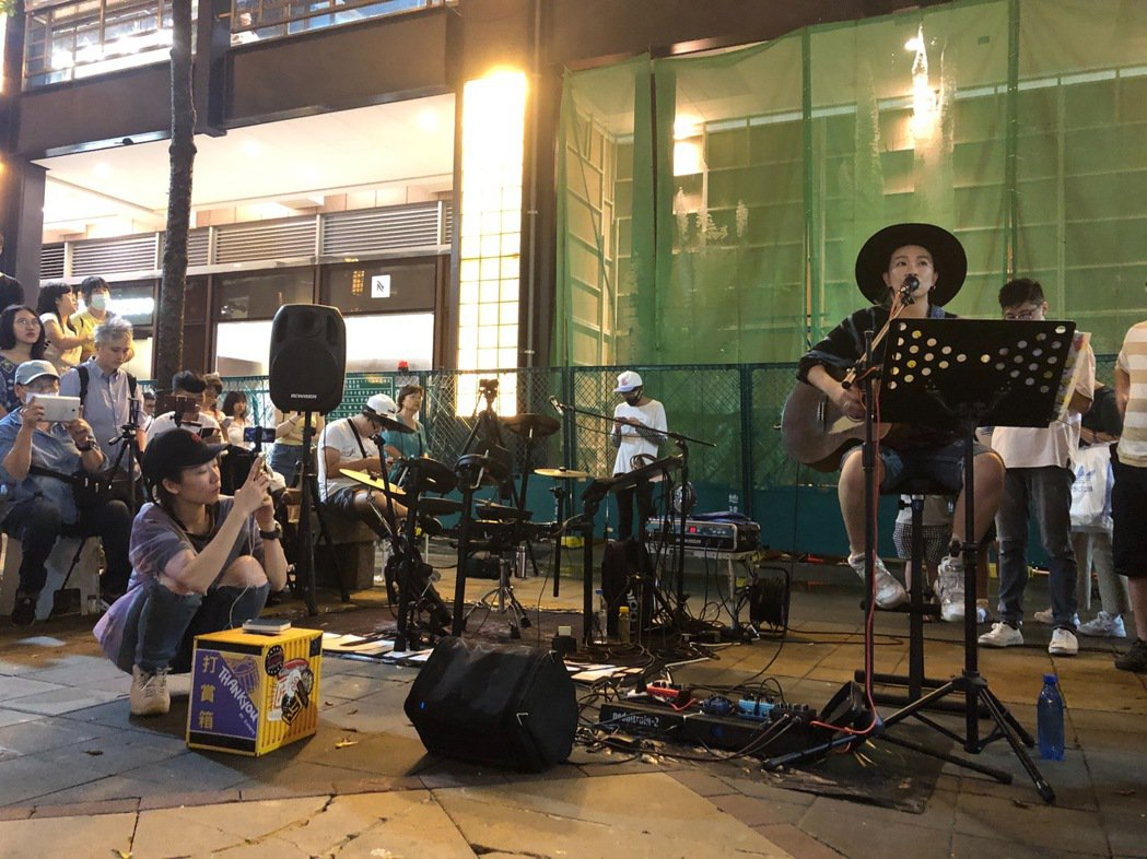 張芸京考到街頭藝人執照,日前獻出街頭處女秀。圖/張芸京經紀人提供