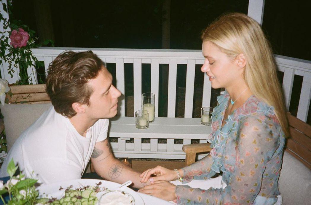 布魯克林貝克漢(左)公開向妮可拉佩茲求婚時的情景。圖/摘自Instagram