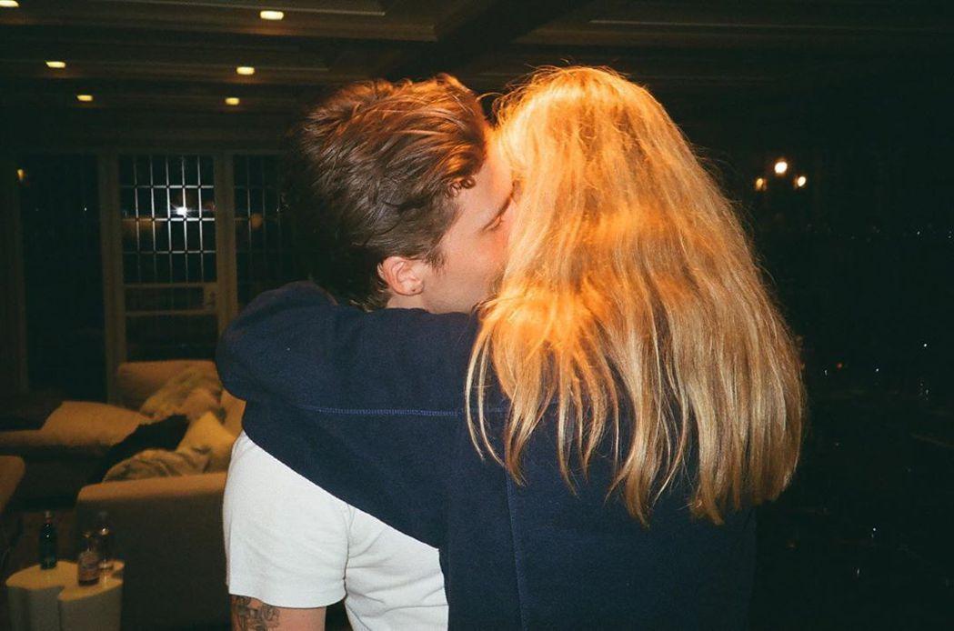 布魯克林貝克漢(左)和妮可拉佩茲一天到晚放閃、曬恩愛。圖/摘自Instagram