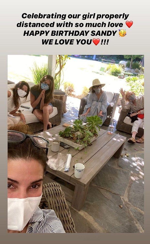 珊卓布拉克(前)的56歲生日,珍妮佛安妮絲頓(後排左二)等演藝圈朋友都來同樂。圖...