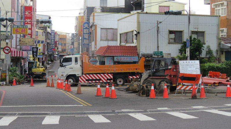 苗栗市光復路在忠貞路口汙水下水道工程,遭質疑不到2年開挖,影響交通及附近店家做生意。記者范榮達/攝影