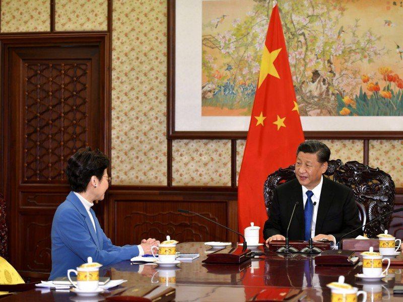 香港特首林鄭月娥(左)與大陸國家主席習近平(右)。圖/取自美聯社