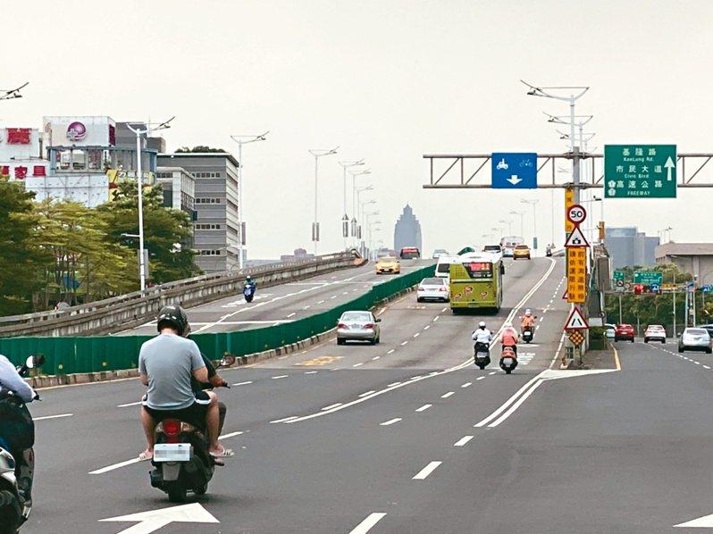 台北市議員李明賢建議,趁民權大橋整建時增設匝道,連結民權大橋與堤頂大道,應有助改善內科交通。記者陳惠惠/攝影