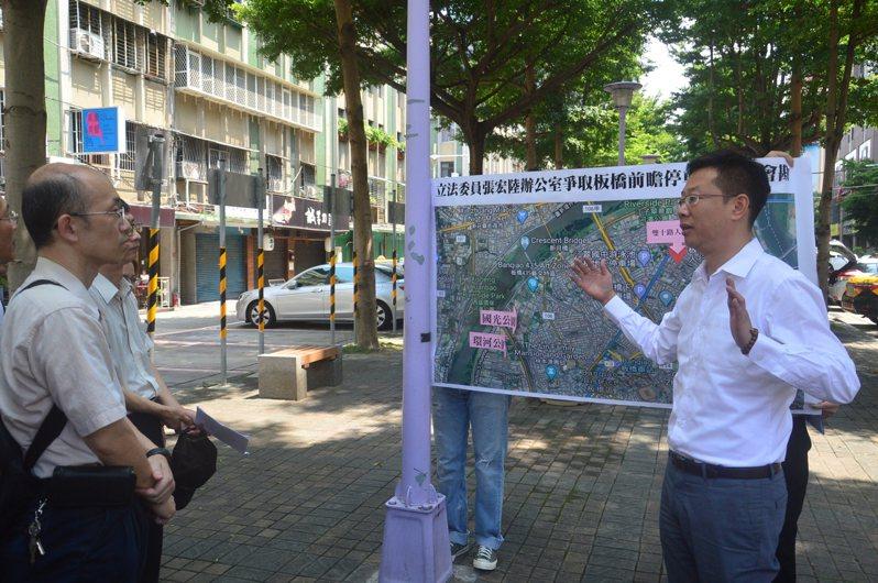 立委張宏陸(右)昨建議把新北藝文中心平面停車場地下化,並增設國光、環河公園停車場。記者施鴻基/攝影