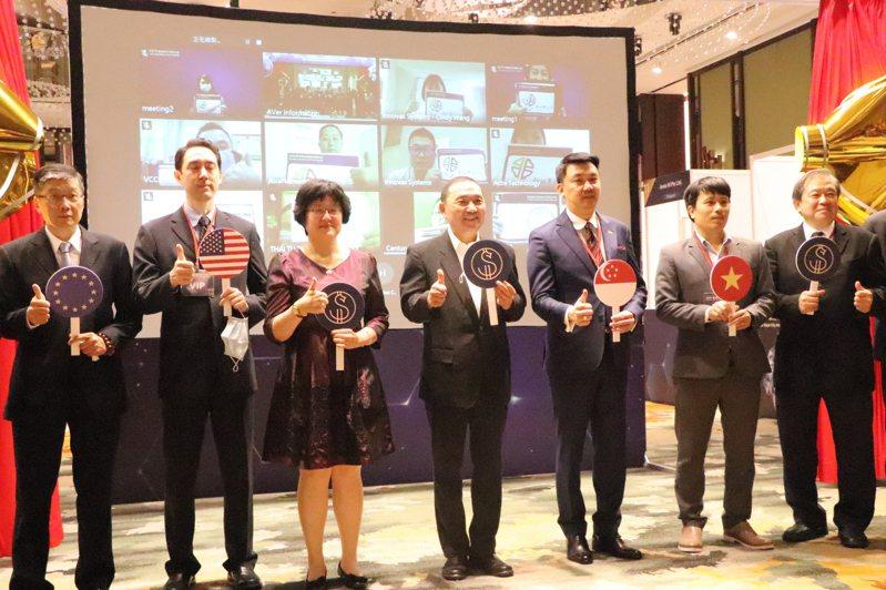 新北市府昨天舉辦國際視訊採購商洽會(圖),台灣業者透過視訊向國外業者展示產品。記者吳亮賢/攝影