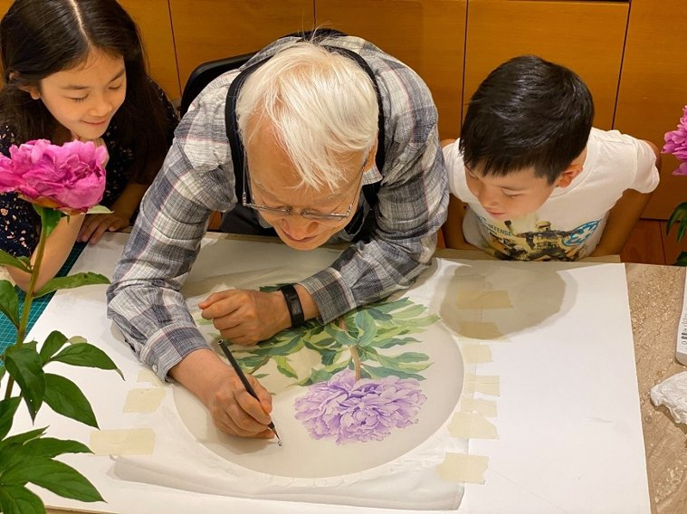 在台北畫室寫生時,有時孫女孫子一旁觀看,劉墉示範,「爺爺老歸老,還能畫蟲子的6隻...