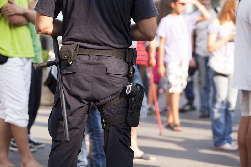 警察看似可享有高薪,但工作內容確實辛勞。圖片來源/ingimage
