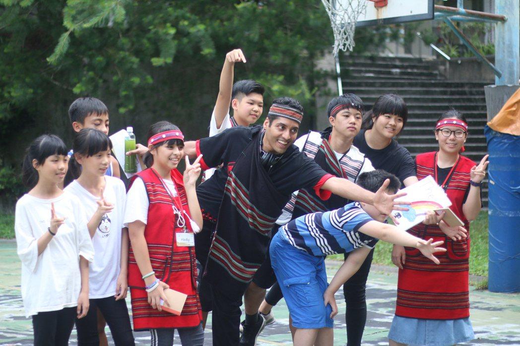 「因為所以教育協會」協助泰雅族小學帶領外國遊客認識谷關。  圖/因為所以教育協會...