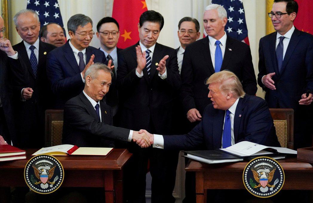今年1月中國副總理劉鶴訪問華府,雙方簽署第一階段經貿協議。 圖/路透社