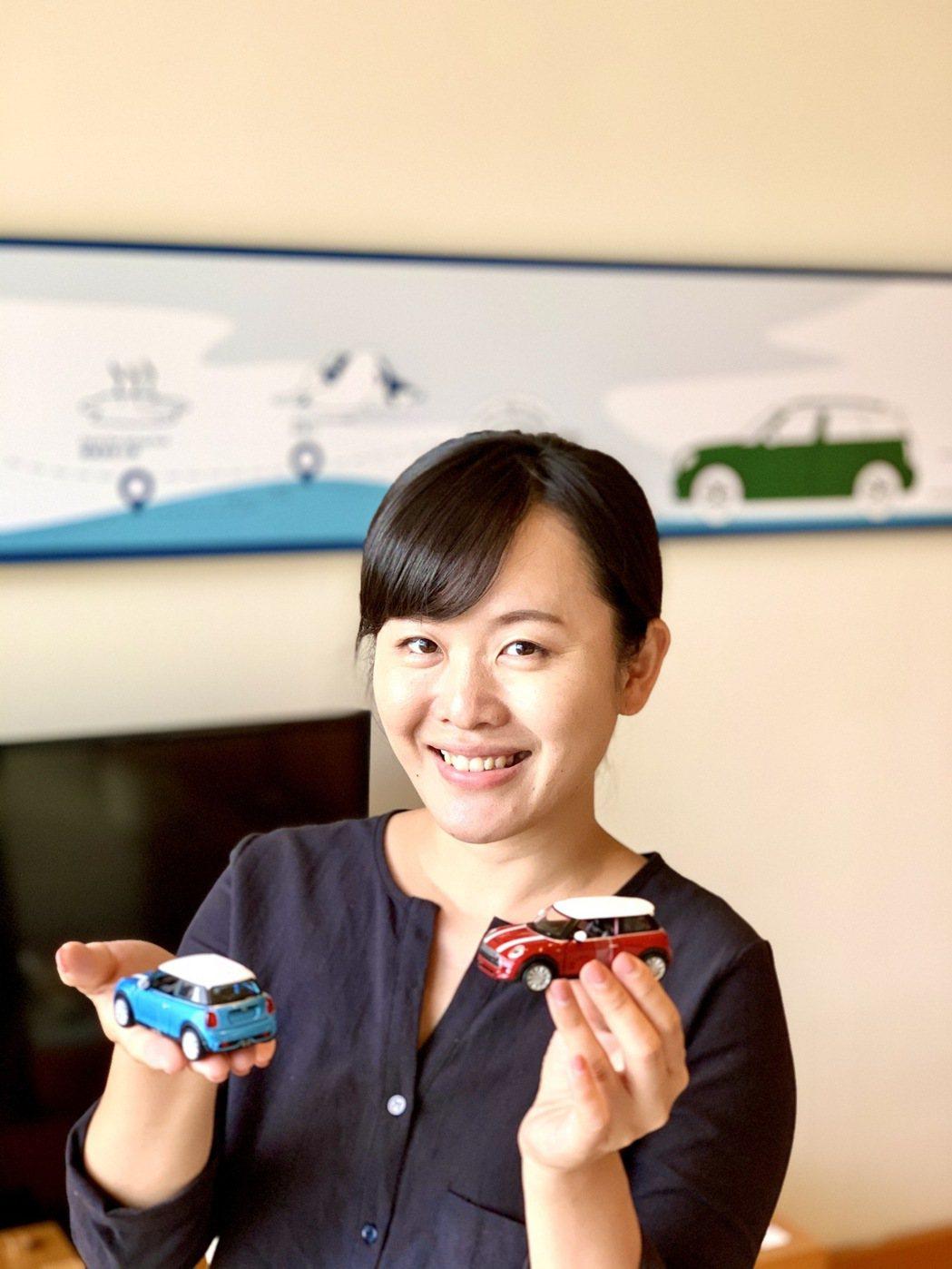 入住可獲贈MINI模型車。圖為礁溪老爺酒店經理胡雅婷。   陳志光/攝影