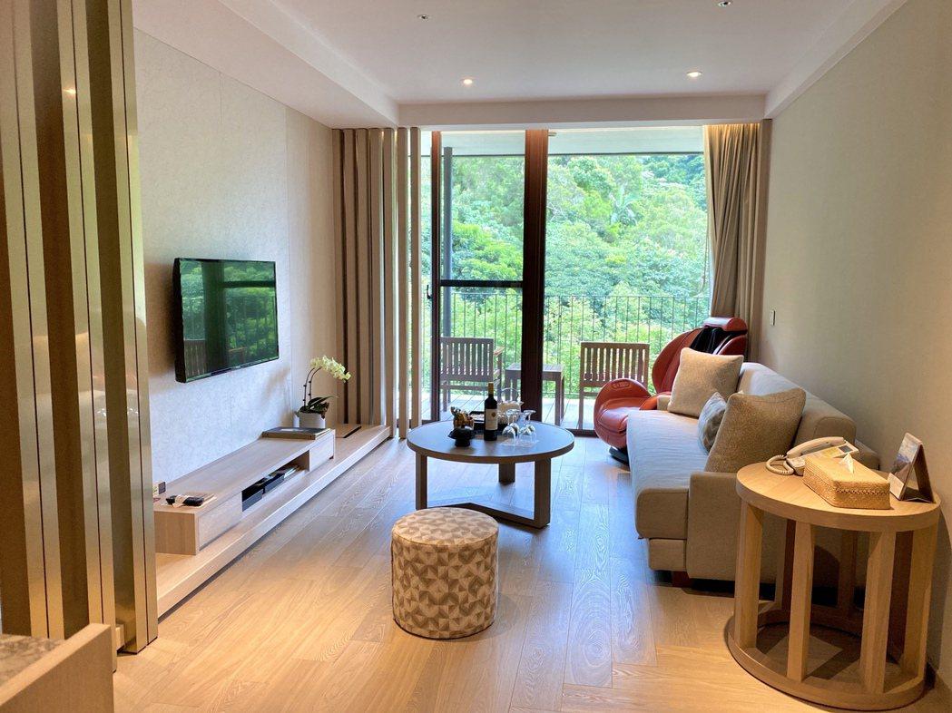 因應熟齡時代來臨,礁溪老爺新增全新雙人家庭套房,需要時也可打開沙發,成為四人房。...