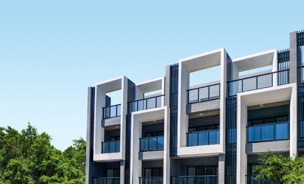 全新完工,18米大棟距、前院停車,一樓客餐廳、尊親房,3-4套房。圖片提供/威豪...