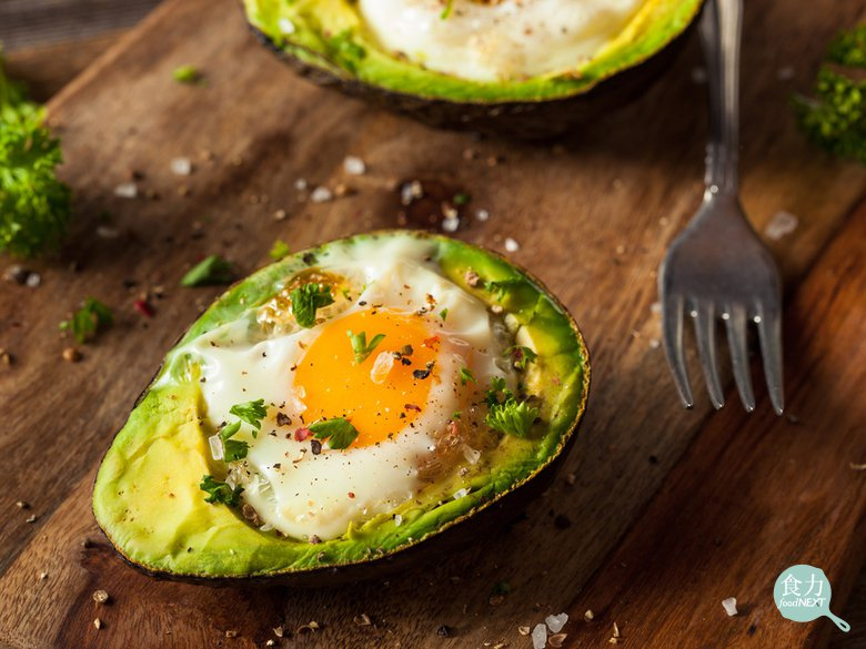 酪梨蒸蛋要注意火侯,否則果肉加熱太久會有苦味。 圖片提供/食力