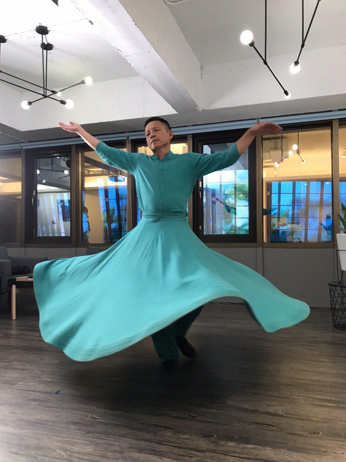 風潮音樂創辦人楊錦聰,在直播上跳蘇菲旋轉舞。 圖/林如茵攝影