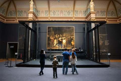 隔著一個如魚缸的長方形大玻璃箱好奇觀望,目睹一場從去年中開始,史上最大規模的藝術...