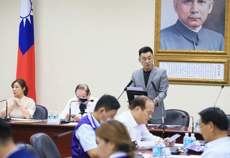 國民黨主席江啟臣(後排右)今天主持中常會,呼籲蔡英文總統勿成為美中對峙角力中的籌碼或是棄子。記者潘俊宏/攝影