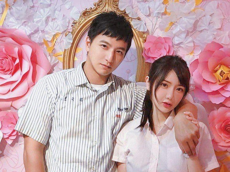 小煜(左)跟老婆言言穿著制服登記結婚。圖/小煜提供