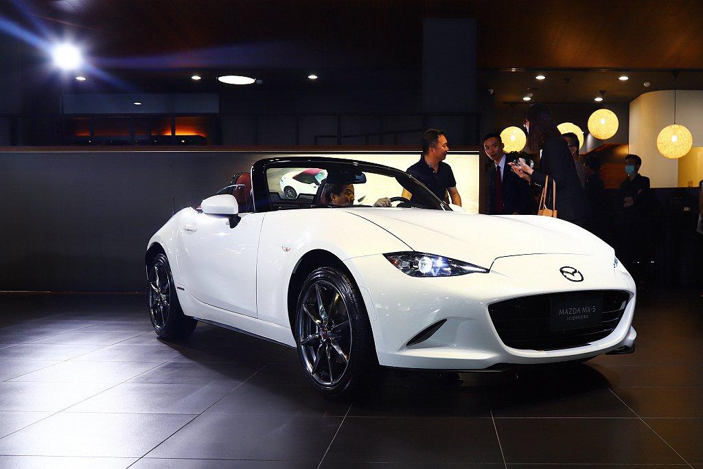 Mazda MX-5 100週年紀念車售價為新台幣139萬元,相比既有車型增加5...