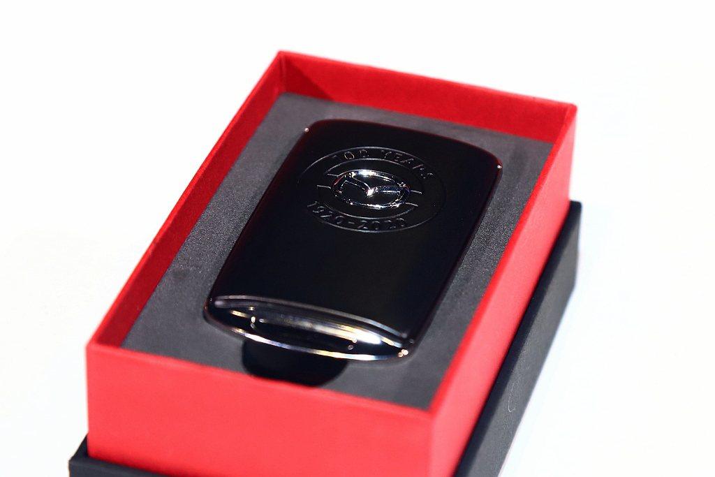 Mazda更為車主打造100週年紀念廠徽鑰匙式樣。 記者張振群/攝影