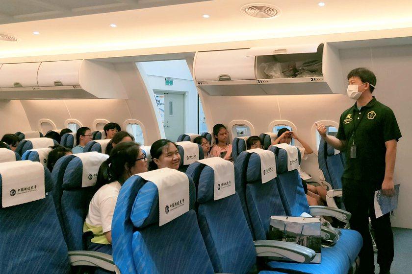 中國科大觀管系主任羅旭壯介紹航空服務模擬教室。 校方/提供