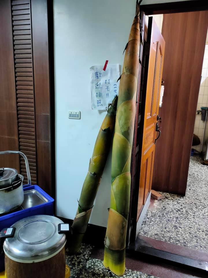 一名網友分享兩根超大竹筍,其中一根高度甚至超出門框,讓網友不禁驚呼「這是裝置藝術吧?」圖擷自廚藝公社