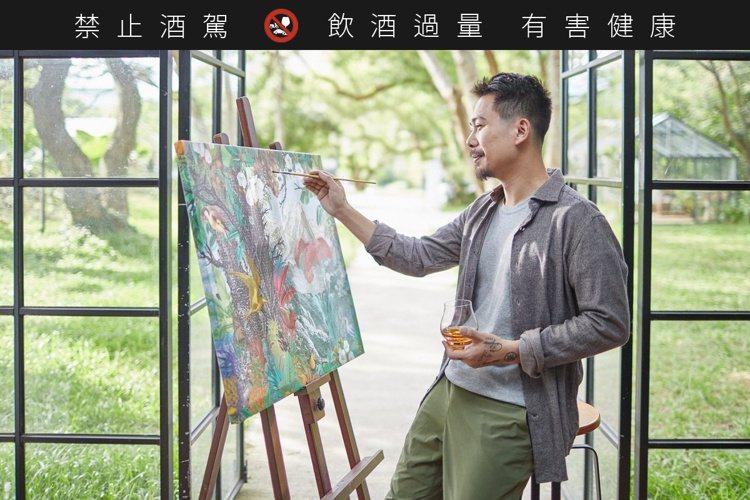 皇家禮炮23年與國際級插畫藝術家劉經瑋。圖/保樂力加提供