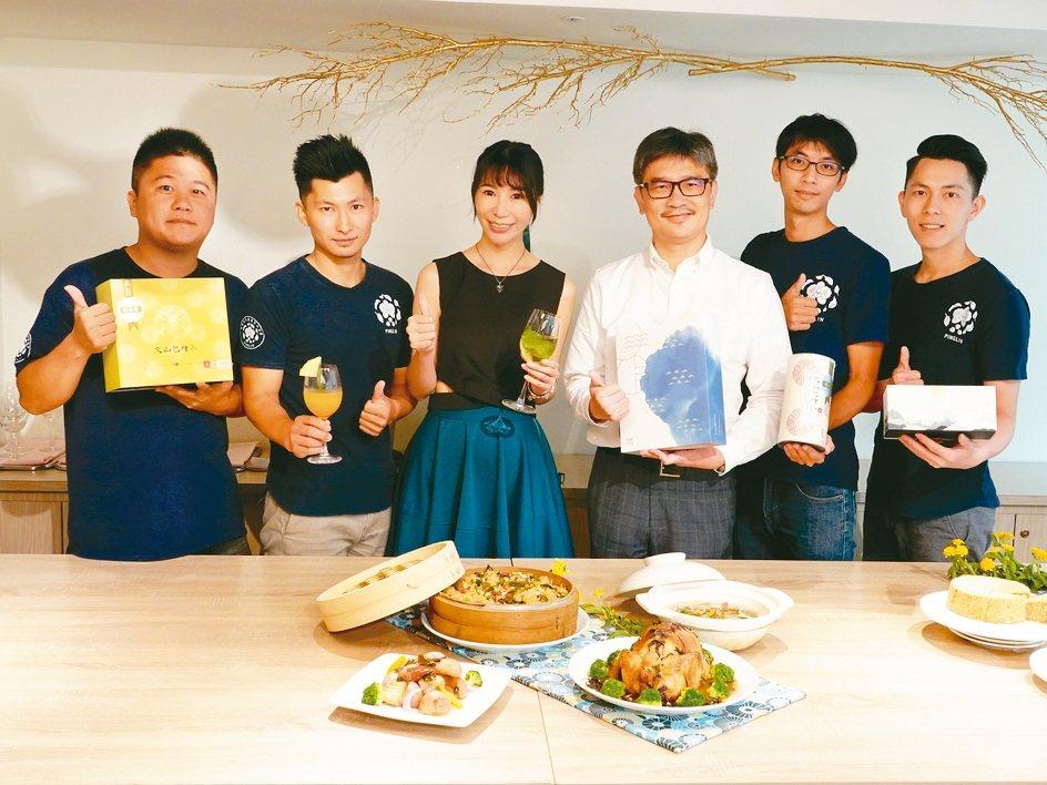 新北市農業局局長李玟(右三)與坪林茶青在台北凱撒推廣「新北好茶」料理與甜點。 徐...
