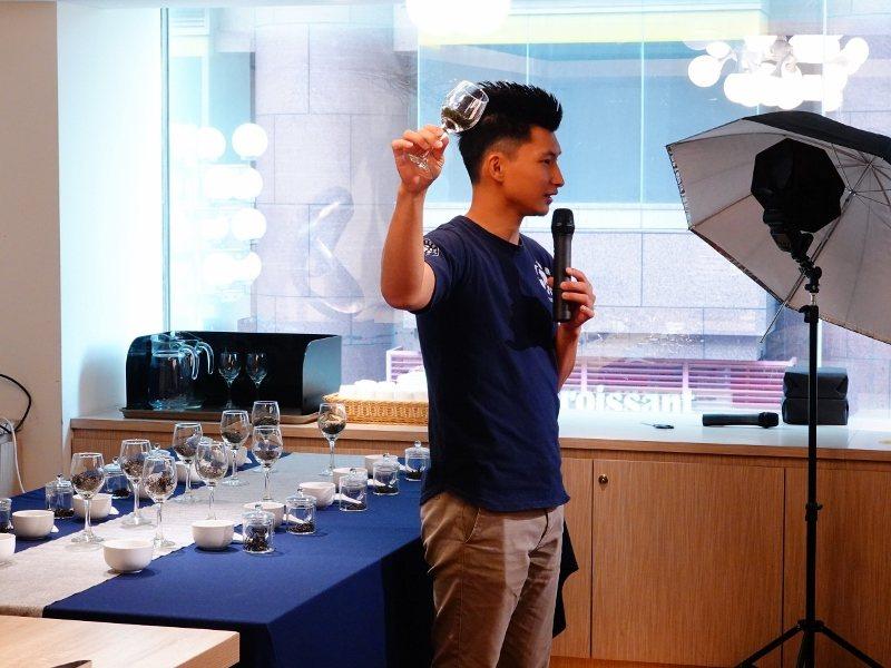 台北凱撒大飯店邀請「坪林青年茶業發展協會」茶青代表,到館內主講茶藝講座,教食客從...
