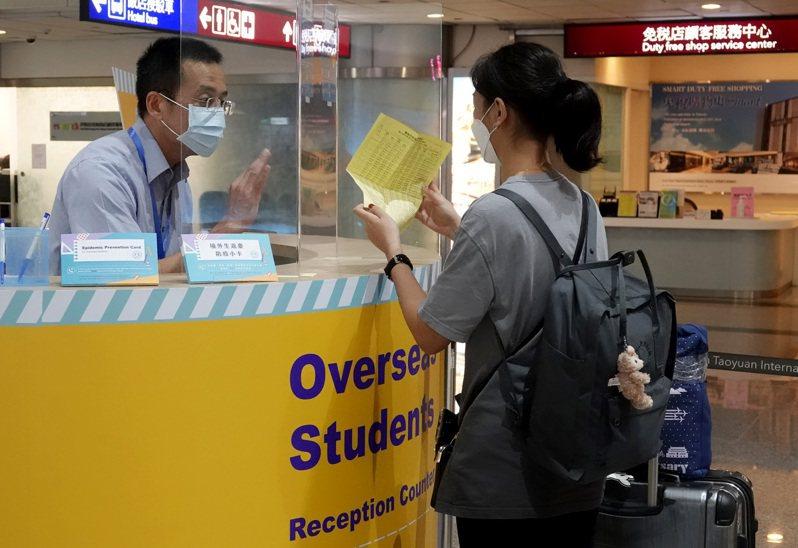 為避免疫情影響學生就學,台北市政府教育局今年2月起,若有國中、小學生因疫情無法回國外學校讀書,或希望返台就學者,可採「先安置、後補件」。 圖/聯合報系資料照片
