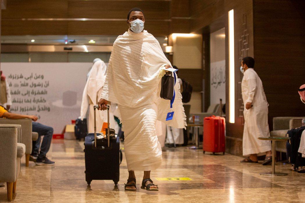 穆斯林今天開始年度朝覲之旅,但在疫情衝擊下,赴聖地麥加的計畫大大受限。 路透社