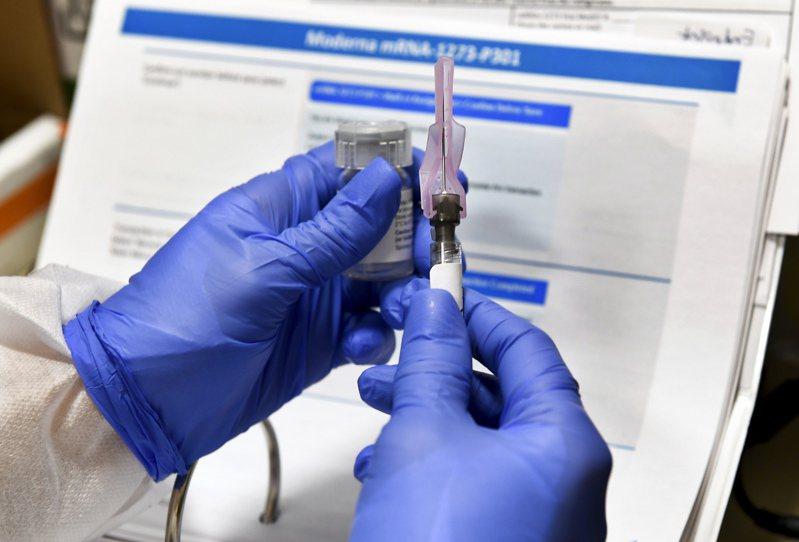 英國「金融時報」今天引述匿名消息人士說法報導,美國生技公司莫德納所研發的新型冠狀病毒疫苗,打算開價每一療程兩劑50至60美元,至少比其他藥廠定價高出11美元。 美聯社