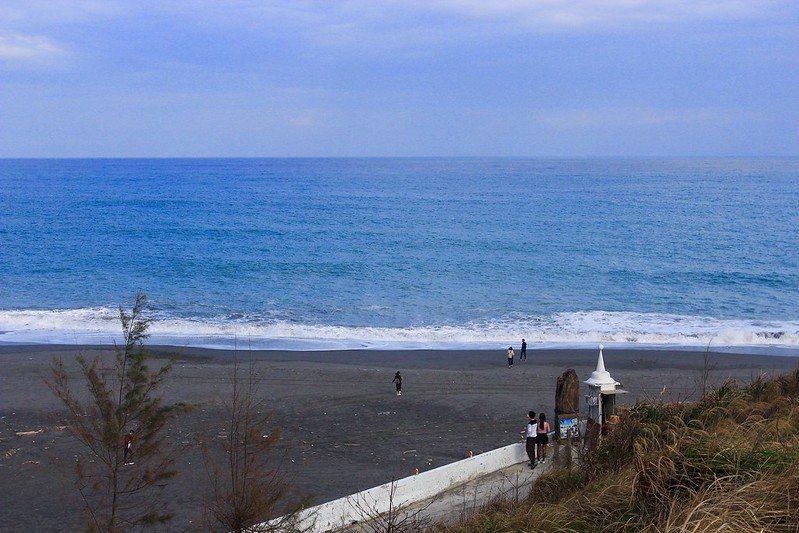 太平洋左岸無敵海景在前方 ,等不及要摸摸海,在細沙的海灘上戲水,這還沒有入園呢~