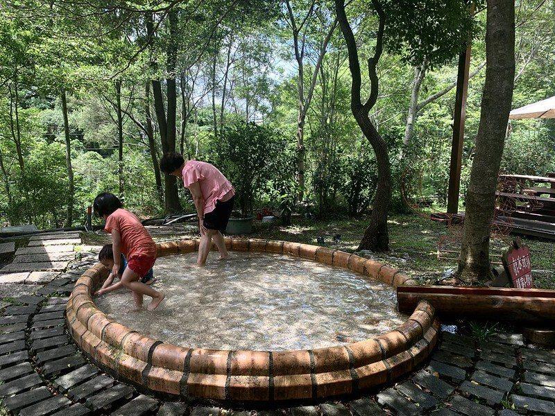 庭園區裡玩水的祖孫。