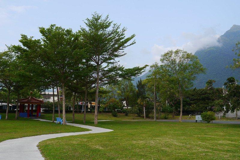 大樹成蔭的新城村社區公園。