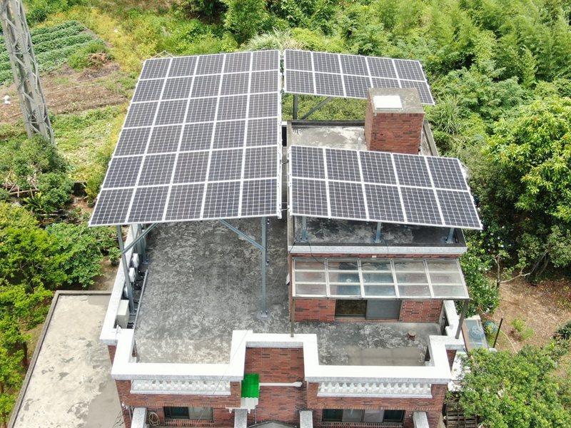 淡水社區大學、忠寮農村再生社區設置「公民電廠」,在淡水社區民宅的屋頂及鄧公國小做太陽能智慧綠能,啟動發電。 圖/紅樹林有線電視提供