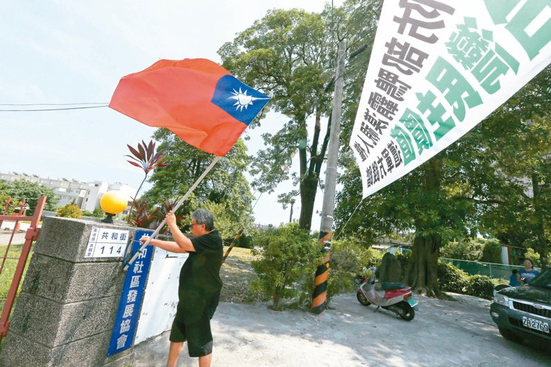 屏東東港共和新村面臨拆除,多年來不少團體與當地居民奔走,希望能爭取保留眷村風貌。 記者劉學聖/攝影