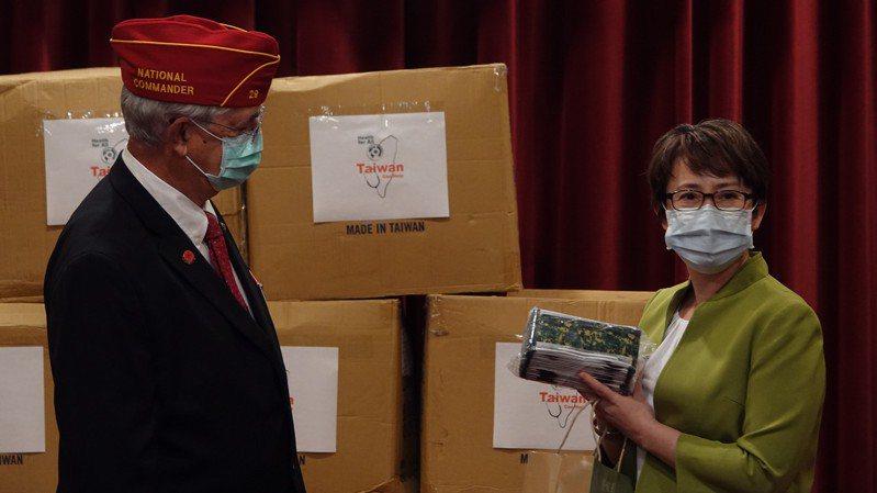 駐美代表蕭美琴致贈口罩給美國退伍軍團協會(American Legion)。華盛頓記者張文馨/攝影