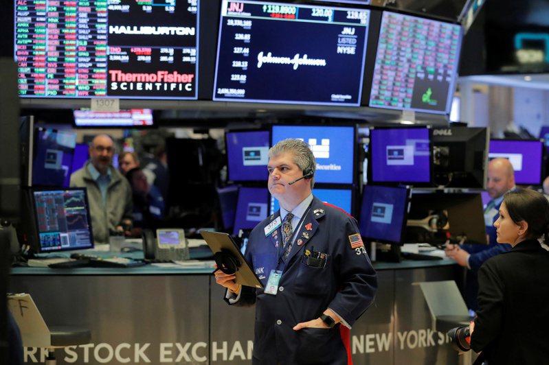 美股周二(28日)下跌,在全球新冠疫情猛烈反撲之際,投資人擔心消費者信心減弱。(圖/路透)