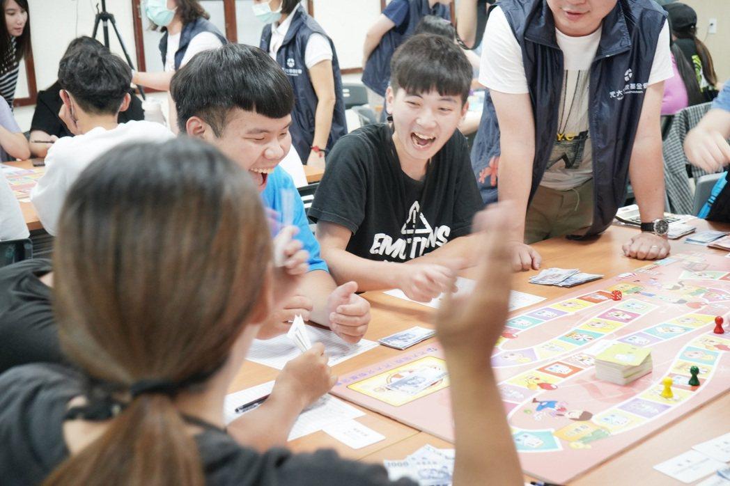 理財活動以桌遊的方式帶領學子進入投資理財的領域中。圖/元大金控提供