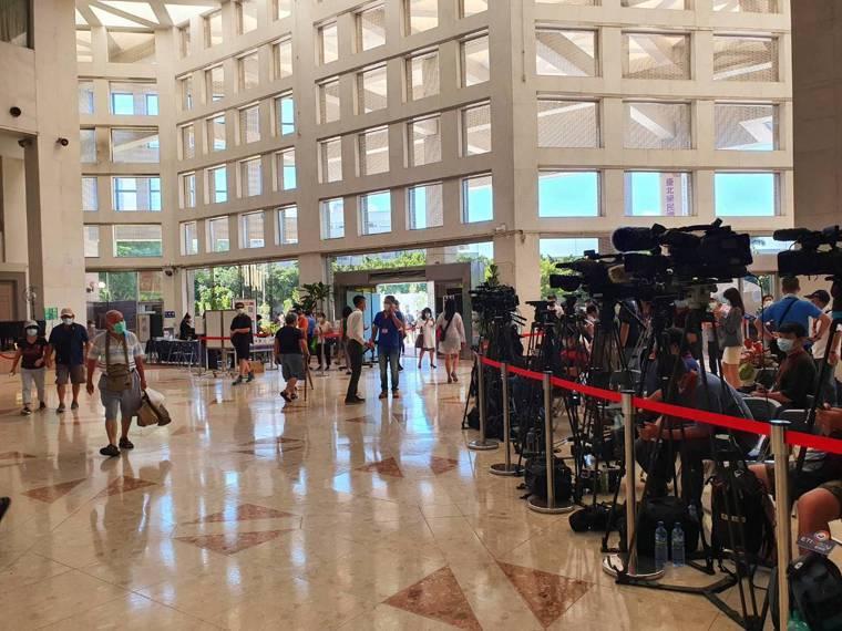 大批媒體於北榮守候。記者楊雅棠/攝影