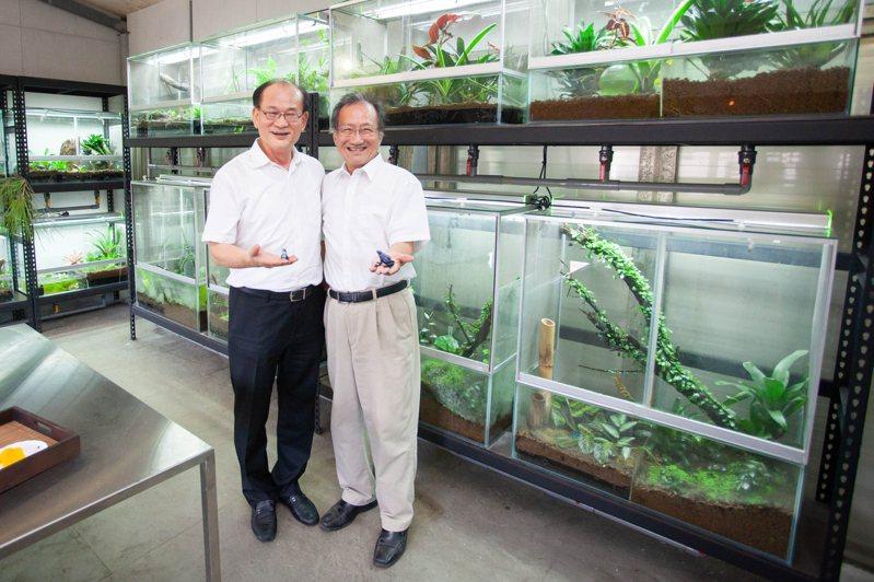 清大生科系教授李家維(右)推動青蛙保種計畫,得到清華校友總會理事長蔡進步大力贊助。圖/清大提供