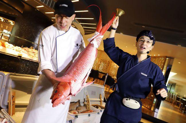 柏麗廳規畫「築地魚市」的氛圍,可了解日本漁獲市場的競標文化。圖/晶華酒店集團提供