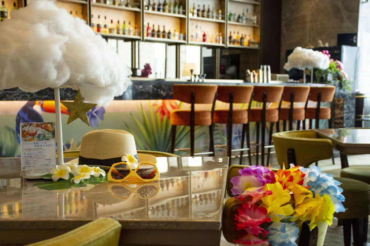 台北六福萬怡酒店The Lounge推出清涼系鳥籠下午茶,在全新打造的熱帶海島主...