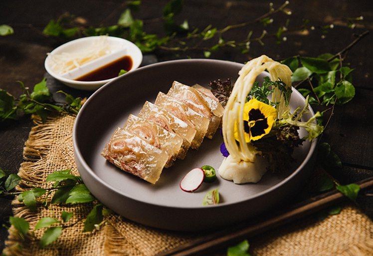 「鎮江水晶餚元蹄」為江蘇鎮江300多年歷史的一款名菜。主廚以豬蹄為主料,以六、七...