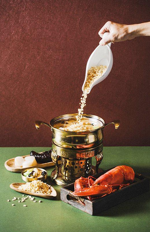 「金湯龍蝦海鮮響米」選用桃園在地芋香米煮後風乾炸至金黃製成響米,湯頭部分則是以大...